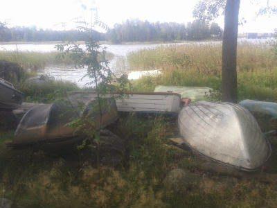Mitä tehdä Kivinokan rantaan hylätyille veneille?