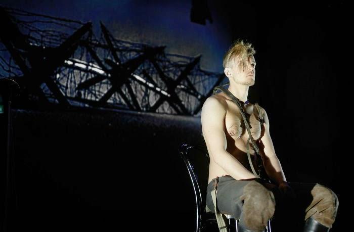 Teatteriarvio: Palava kaupunki on tunnelmapala liekehtivästä Helsingistä