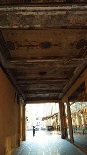 Aleksin puoleisella sisäänkäynnillä on vanhoja kattomaalauksia. Huonossa kunnossa.
