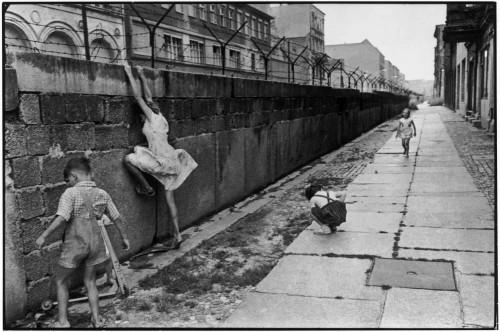 Henri Cartier-Bressonin valokuva Berliinin muurista. Kuvalähte: Ateneum.