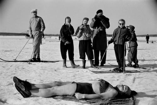 On sitä ennenkin osattu. Nainen ottaa aurinkoa avannon reunalla Taivallahdella 1952. Kuva: Väinö Kannisto (Hkm/Finna).