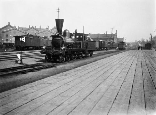 Veturi ratapihalla vuonna 1898. Kuva: Finna.